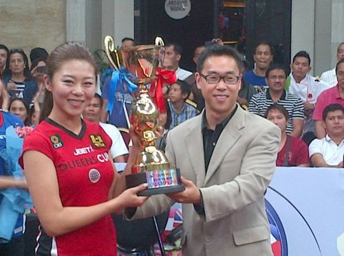Ga Young Kim took her duties as player and captain seriously which resulted in an outstanding win over the West's greatest players. She is awarded the Most Valuable Player of the Queens Cup by Executive Producer Charlie Williams who created the event.