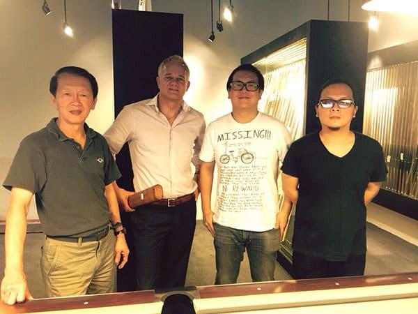 Ralph Eckert mit Paul Pang und Söhnen vom Q-Shop Singapore